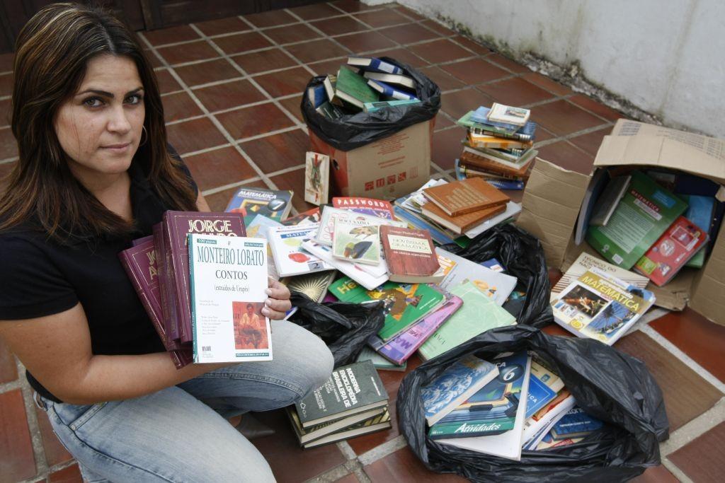 Livros didáticos no lixo em Curitiba-PR (Reprodução: Gazeta do Povo http://goo.gl/ju8YqI).