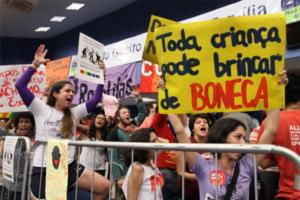 Manifestantes protestam contra retirada do termo gênero do plano de educação