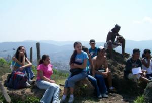 """Foto 1. Grupo de alunos no """"Pico Pelado"""", a 905 metros acima do nível do mar."""