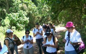 Foto 3. Alunas do curso de Pedagogia tomando nota, durante atividades em campo.