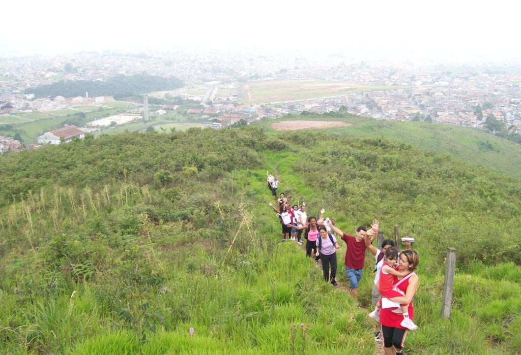 """Foto 4. Parte da trilha na microbacia """"Cabosol"""", ao fundo da imagem observa-se a parte urbanizada do município de Guarulhos."""